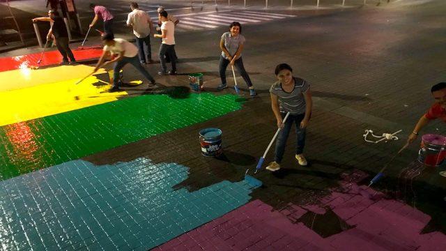 Pasos peatonales de Guadalajara se pintan de arcoíris