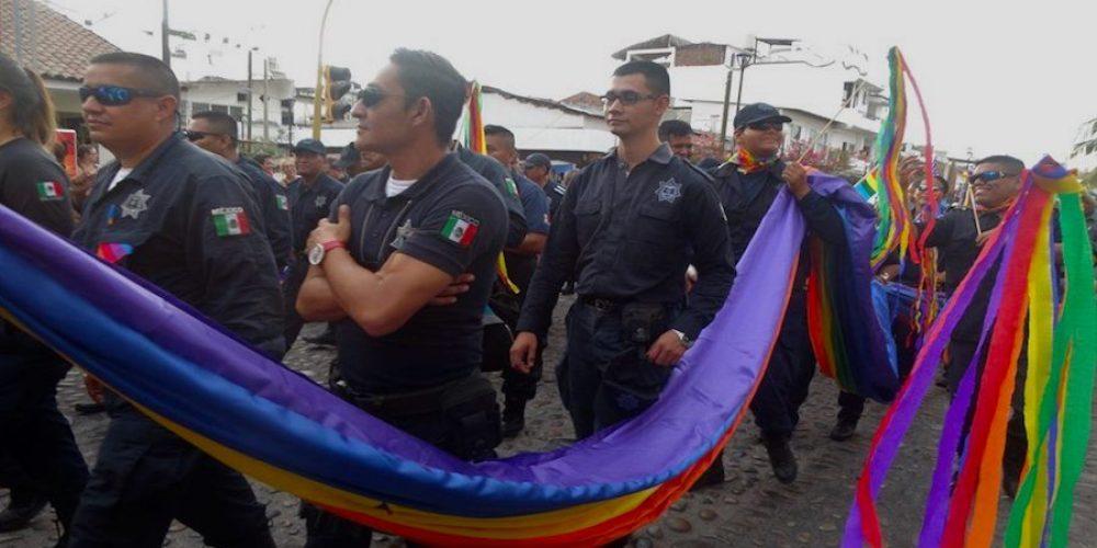 Obligaron a policías a desfilar en el Gay Pride de Puerto Vallarta, hubo molestia